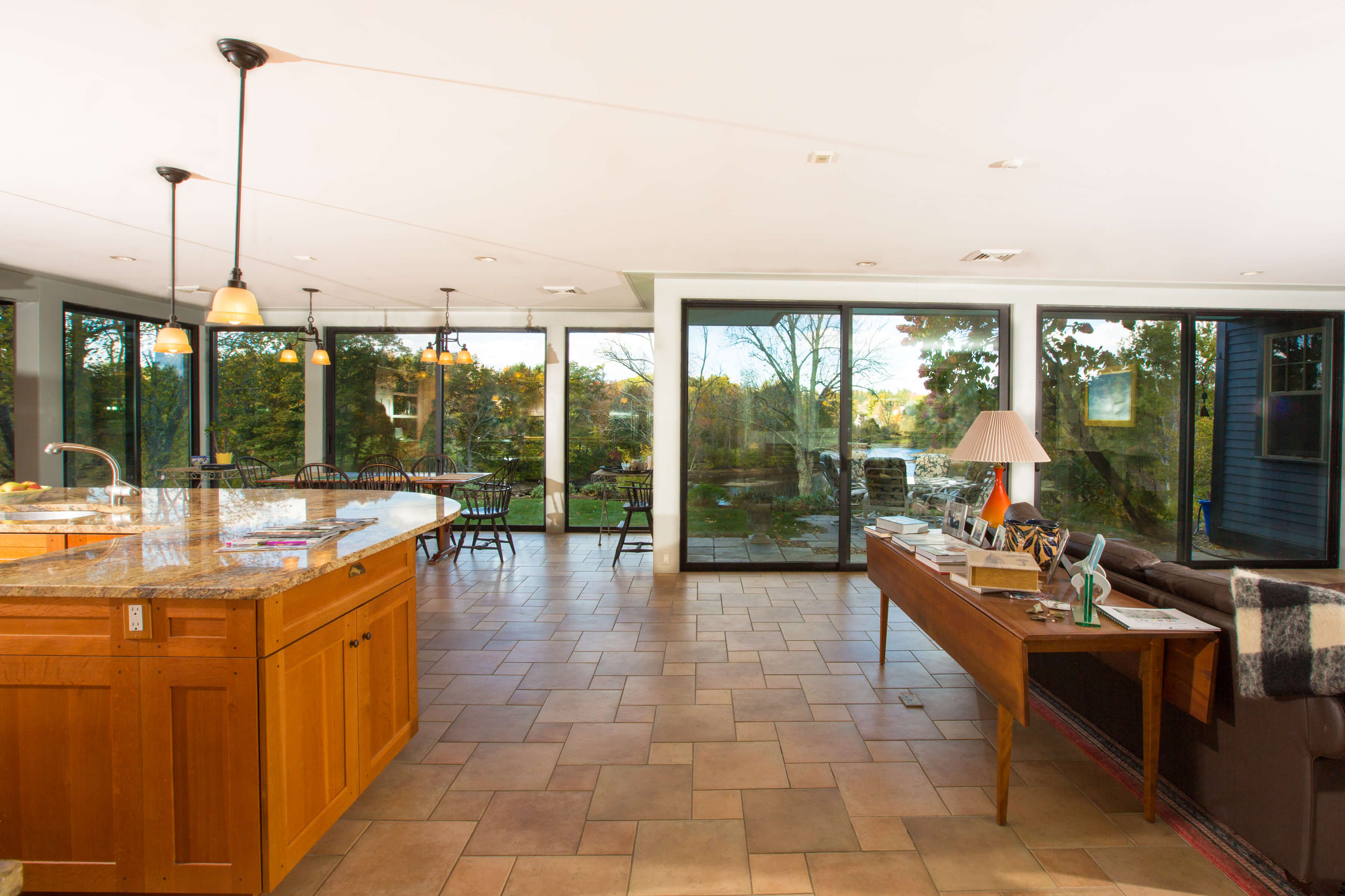 Kitchen and breakfast table with view to the river